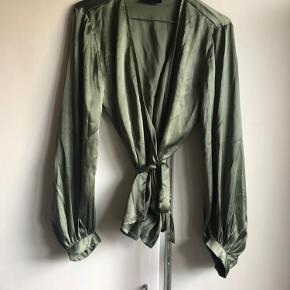 Utrolig pæn wrap top i grøn med snore til binding rundt i livet.