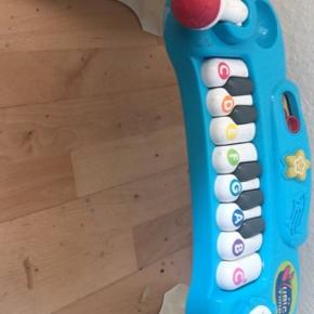 Aktivitets lege tøj på træ 30kr  Gå vogn med musik og lys 50 kr  Klaver med musik, lys og microfon 60kr