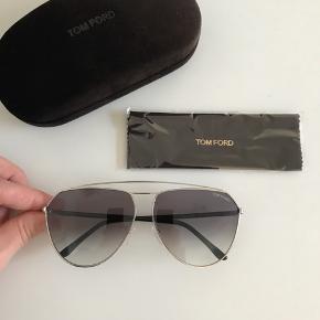Solbrillerne er unisex og kan bruges af både mænd og kvinder.   Hardcase, etui og klud medfølger.   Aldrig brugt, købte 3 par på én gang og får ikke disse brugt.