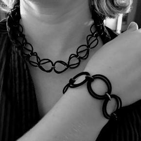 Halskæde og armbånd i sort gummi holdt sammen med sølv-led.