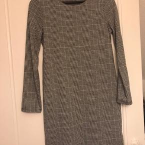 Fin behagelig kjole. Bruges til hverdag eller lidt finere brug. Fin efterårskjole.  Kom med et bud🤗