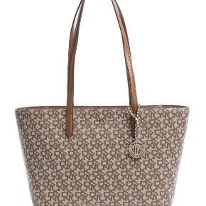 DKNY taske sælges  Sælges for 700kr  Næsten som ny stand.