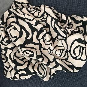 Lækkert Along tørklæde fra Masai . Farve Rosa/Sort . Aldrig brugt .  Bytter ikke