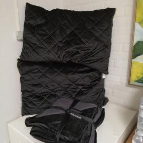 Sort velour sengetæppe til dobbeltseng - 220x260 cm Puder medfølger ikke.