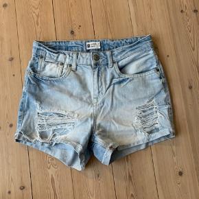 Fede denim shorts! De er lidt brugte og har 2 små pletter bagpå (som formentlig godt kan gå af) - se sidste billede, ellers fejler de intet💙