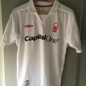 Nottingham Forest udebanetrøje sæsonen 2003/2004 strørrelse small  Tags: fodboldtrøje, fodboldtrøjer, fodbold.