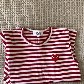 Rød/hvidstribet langærmet t-shirt fra CDG Play sælges. Er i perfekt stand, og har ingen tegn på slid. Passes af en str. S. Nypris var 900 købt i Commes des Garcons butikken i New York. Køber betaler fragt, hvis varen skal sendes.