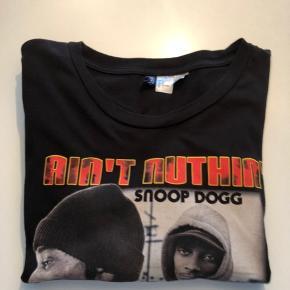 H&M. Sort t-shirt. Str. L. Kan sendes mod betaling af porto kr. 40,00 med DAO.