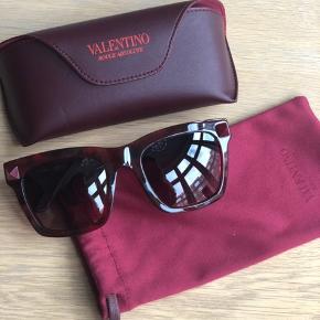 Smukke solbriller fra Valentino. Brugt et par gange. Originalt etui og case haves. Kontakt 28 43 49 18 hvis flere billeder ønskes :-)