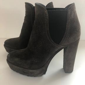Grå chunky ruskinds støvletter fra Prada. Hæl 12 cm og plateau 3,5 cm. På ruskindet kan men se at støvlerne er brugte.  Nypris ca. 5500,- æske og sko poser medfølger.