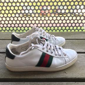 BILLIGT!  Hey Sælger disse Gucci ACE Sneakers  i en str. 37.   Skoen har fået et tyndt lag repaint fra karlskicks.  Har en lille flaw oppe ved hælen, men ikke noget man ligger mærke til.