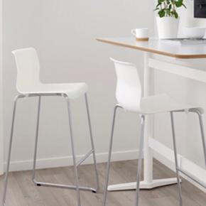 2x bar chairs from IKEA in white. 77cm high, perfect for bar tables of 110cm high. Can be picked up in kærby. New price 359DKK per piece. Info follows:   Størrelse, samlet Testet for: 100 kg  Bredde: 50 cm  Dybde: 52 cm  Højde: 100 cm  Siddebredde: 37 cm  Siddedybde: 40 cm   Godt at vide Passer til en barhøjde på 110 cm. For at opnå større stabilitet skal skruerne efterspændes ca. 2 uger efter, at produktet er blevet samlet. Bartaburetten er testet til brug i private hjem og opfylder de krav, der stilles til holdbarhed og stabilitet, i følgende standarder: EN 12520 og EN 1022. Vedligeholdelse Rengøres med lunkent vand. Tør efter med en ren, tør klud. Produktbeskrivelse Benstativ: Stål, Forkromet Fødder: Propenplast Siddeskal: Karbonatplast Dæmpere: Etenplast Indsats: Messing Siddehøjde: 77 cm