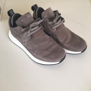 Fede lys grå Adidas skind sneakers, str.42 2/3. Brugt 2-3 gange, fremstår derfor som nye.  Nypris 1100kr