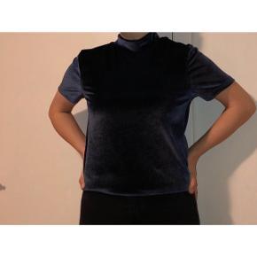 Flot blå velour t-shirt i størrelse S.  Fejler intet😄  35 kr + fragt