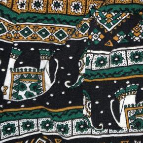 Sorte shorts med elefanter og mønster i gule og grønlige farver, der er også en lille baglomme. Skriv pb. for mere info eller billeder. Byd gerne!