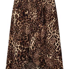 BERTHA SKIRT   Leopard   Nederdel med dyreprint fra LOLLY'S LAUNDRY i str. XS - den er ret stor i størrelsen og passer mere til en str. Small. Har kun været brugt et par gange så den fremstår i super stand. Nypris kr. 600,- sælges for kr. 300,- incl. pakkeporto med track trace.