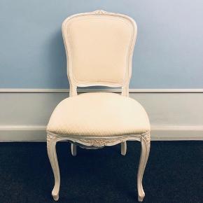 Seks smukke spisebordsstole i hvidmalet træ med hvidt stofbetræk. Betrækket kunne godt bruge en rengøring med rensespray. Ellers pæne og velholdte. 170 kr. stykket eller 900 kr. samlet.  Kan afhentes på Frederiksberg.