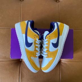 """Nike Sb Dunk Low """"Laser Orange"""" ——————————————— Mp: 2000kr OG: Alt!! Str: 40 Cond: 10/10 (DSWT) Grunden til at prisen er høj er fordi jeg vil holde dem til de bliver omkring den pris :) 📈✅"""