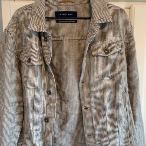 """Sælger denne """"Denim"""" jakke fra zara. Ligner en cowboy jakke i formen osv. Men er bomuld. Aldrig brugt. Mærket dog taget af, er som ny. Str XL"""