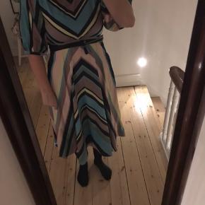 Kjole med bindebånd og a formet I satin.... super lækker i kvaliteten