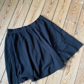 Helt klassisk sort nederdel i a-form.