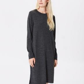 Selected Femme Eileen Wool-mix langærmet kjole  Behagelig uldblanding - Casual design med et feminint udtryk  70% Uld 30% Polyacryl  Mål: Omkreds bryst: 110 cm Længde: 105 cm   Sælger den i Bordeaux og mørk lilla.