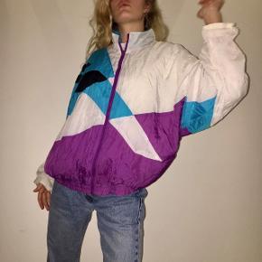 Cool retro/vintage jakke/trøje. Originalt en str M, men kan passe stort set alle str efter hvordan man ønsker fit