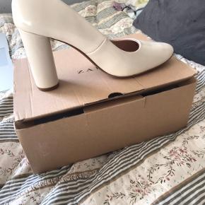 Har disse smukke Heels fra zara - de er aldrig brugt, da de desværre er lidt for store. De er købt i Spanien for 3 år siden, og har siden ikke rørt jorden uden for