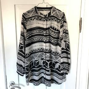 Let skjortebluse i fint sort/hvidt mønster.  Oversize, falder pænt.   Kan afhentes i Aarhus C 🌻🌻  Se også mine andre annoncer 😊