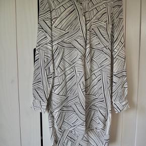 Lang skjorte kjole.  Køber betaler porto. Kan også afhentes i Århus ved aftale.