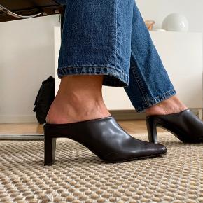 Super fede, mørkebrune slip-on stilletter i ægte læder fra Bianco. Gået med få gange. Hæl: ca 6 cm