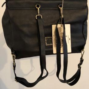 Ægte italiensk læder. Håndsyet taske, kan bruges som rygsæk og skuldertaske. Aldrig været brugt og har ligget beskyttet siden den blev købt, så intet slid. Høj kvalitet til go pris