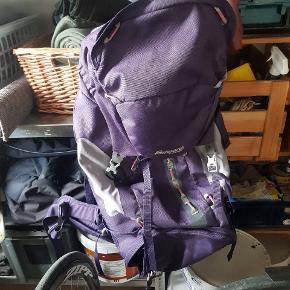 Fedt backpacker rygsæk til kvinder. Kan rumme 65 L. Det har rejst rundt i Australien, NZ og Vietnam i godt 10 måneder ialt. Der er skrevet navne bagpå den som kan streges over også kan man skrive sit eget. Brugt, men pæn og velholdt. Masser af ekstra rum.