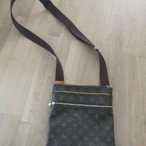 Lækker taske fra LV. Måler 26*25 cm Kvittering haves. Købt i Frankrig for cirka 6000 kroner. Modellen er udgået.  Er ikke brugt så meget. Herretaske, men synes også den kan bruges til kvinder.  Foretrækker at handle så der ikke bliver trukket gebyr.