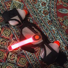 Brugt en enkelt gang! Løbe/bælte (taske)  med 2 til vand plus en refleks til arm/ben/tasken i rød og blink rød. Fast pris, handler kun via Trendsales, køb nu ❣️