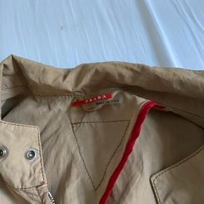 Super cool vintage Prada jakke Den er købt i studio travel og aldrig brugt Den er str 52 men dog lille i størrelsen  Fremstår som næsten ny og næsten ingen brugs tegn  Byd modtages