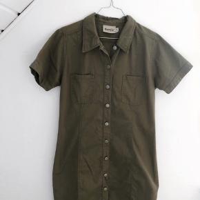 Super lækker denim kjole i oliven / armygrøn farve med knapper hele vejen ned. Super moderne og perfekt til efteråret 😍 Pris: 125 kroner (byd eventuelt) Størrelse: medium