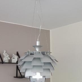 Har lige købt denne lampe her på ts, men den passer desværre ikke til mit  hjem.  Der er et lille hak i øverste skærm. Ses dog ikke når den hænger.  Er 40 cm i højden.