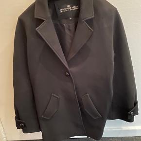 Super smuk klassisk jakke med store ærmer. Aldrig brugt. Lukkes med 1 knap på midten