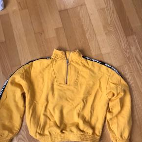 Cropped gul sweatshirt fra Urban Outfitters.  BYD!