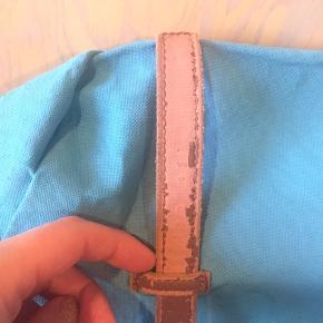 Rygsæk fra Herschel. Kosmetisk slidt men fungerer fint. Den ene nedre trykknap virker ikke længere (se billede 2) men der er lynlås på lommen.  Kan afhentes eller sendes!  Nypris: 900-1000.