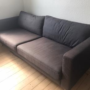 Fin 3-personers IKEA sofa, mørkegrå med træben, i fin stand, men med tegn på brug, da det kan ses på stoffet at den har stået i solen. Der kan købes nyt betræk i IKEA. Sofaen har stået i et dyre- og røgfrit hjem. L: 205 cm, B:93 cm. Kom gerne med et bud. Skal afhentes.