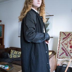 Jakke fra envii i uld og polyester! Den er godt brugt, men super flot stadigvæk - den sælges dog billigt🌙✨