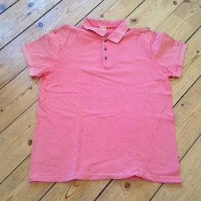 """Varetype: Flot polo t-shirt Farve: Flamengo Oprindelig købspris: 900 kr.  Brugt 2-3 gange - fremstår som stort set ny. Fejler intet.  Skrå syning i den ene side.   Farven har et lidt """"forvasket look"""" - det er meningen.  Materiale: 100% cotton  Mål: Længde fra nakke og ned: Ca 68 cm Brystvidde: ca 2x54 cm  Skulder til skulder: ca 46 cm  Bytter ikke    *** se også mine andre annoncer med mærkevarer ***"""