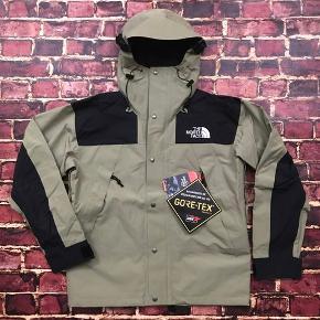 Som ny købt i december brugt få gange Nypris er 2900 for jakken