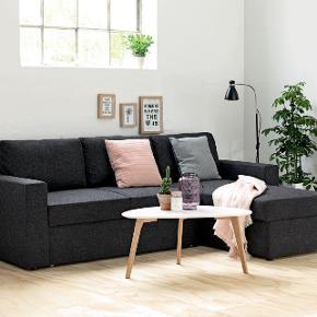Super fin og vedligeholdt sovesofa med chaiselong.sovesofaen kan både bruges fint som en sofa og kan samtidig foldes ud til en stor 3-personernes sofa.   chaiselong kan bruges til opbevaring af dyner eller andet og kan samtidig spejlvendes.   farve - grå  samle info - usamlet egenskaber - kan spejlvendes opbevaringplads - chaiselong  før pris - 6.000 butik - købt i bolighuset mp - 3200 kr