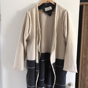 Lækker Uld frakke, ikke foret, god til en kold sommeraften, el efteråret.