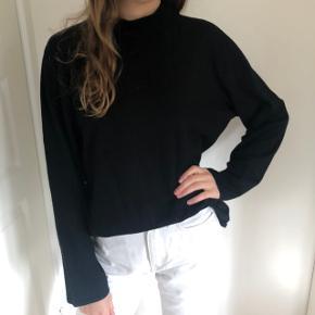 Sælger denne sorte sweater, den ligner en fra H&M, men mærket er ukendt☀️  Den kan hentes i Aarhus og Skanderborg, ellers sendes på købers regning🌸