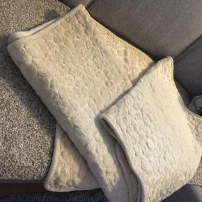 Sengetæpper til sofagruppe.   3 pers sofa: 2 meter  2 pers sofa: 1,45 cm Til lænestol: 70 cm