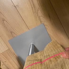 Lækker fløjls buks i 3/4 længde med fin detalje på benet  Aldrig brugt